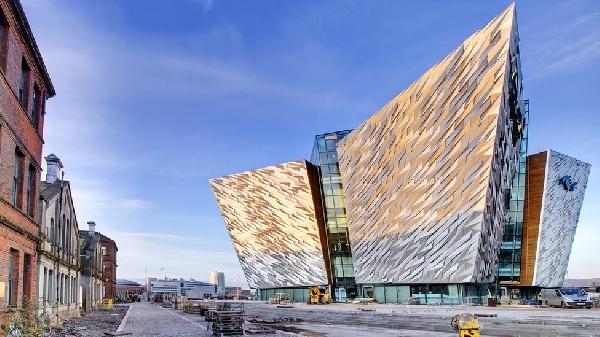 Irlanda del Norte: Becas para Pregrado en varias áreas Queen's University Belfast UK